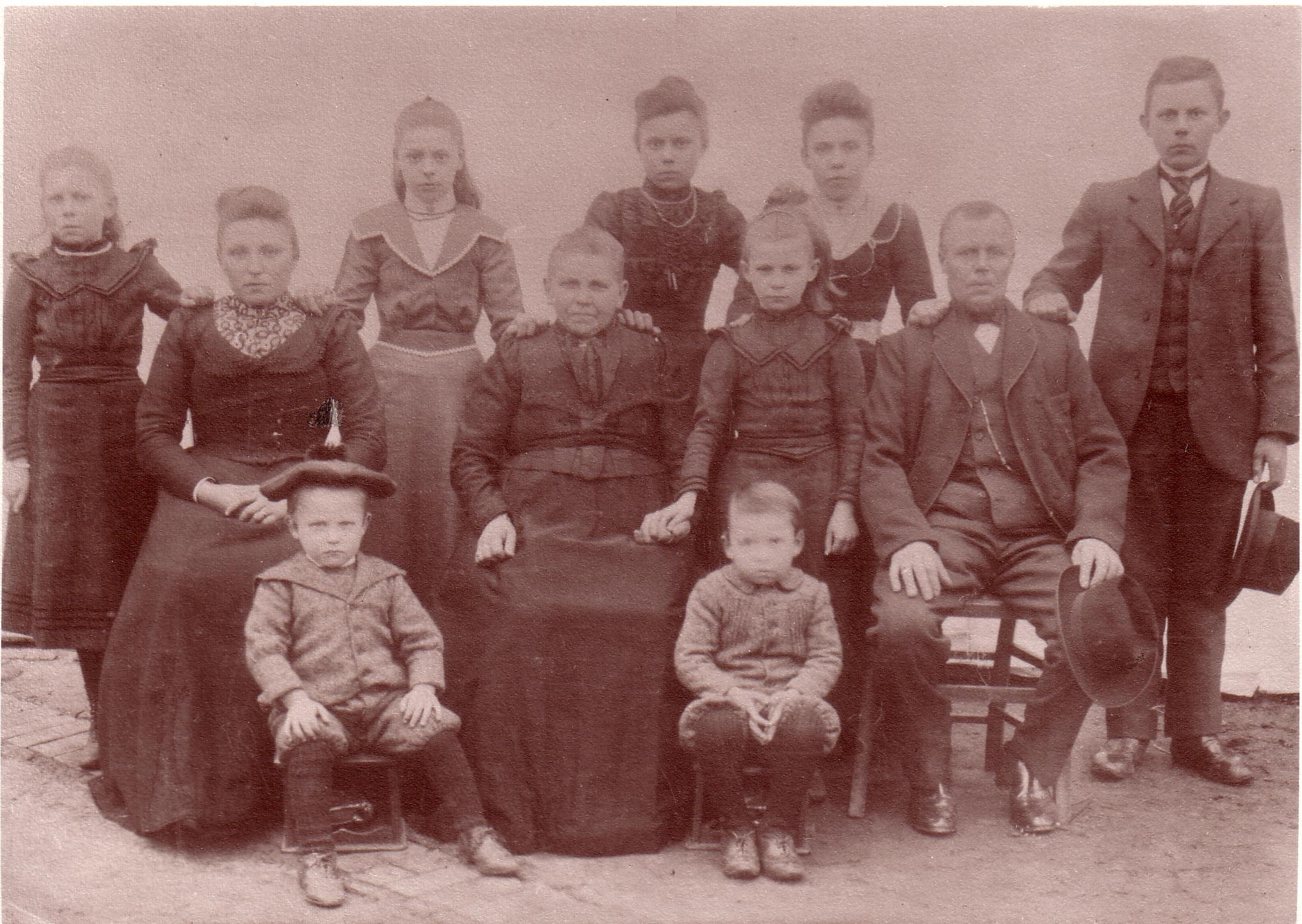 Onze overgrootouders Izak Buist en Trintje Muller met hun kinderen Pieterke, Klaaske, Arend, jantje, Martje, Auktje, Jacoba, Jan en Gerrit. Hier in ongeveer 1901. In 1912 emigreerden ze naar Grand-Rapids (Michigan USA). Pieterke en Klaaske waren reeds getrouwd en bleven achter. Izak was toen al 57 jaar oud en de jongste, Gerrit 14. Arend was in 1905 en 1906 al gegaan en in 1912 weer. Ook Homan verloofde van Jantje zat op die boot 1n 1912.
