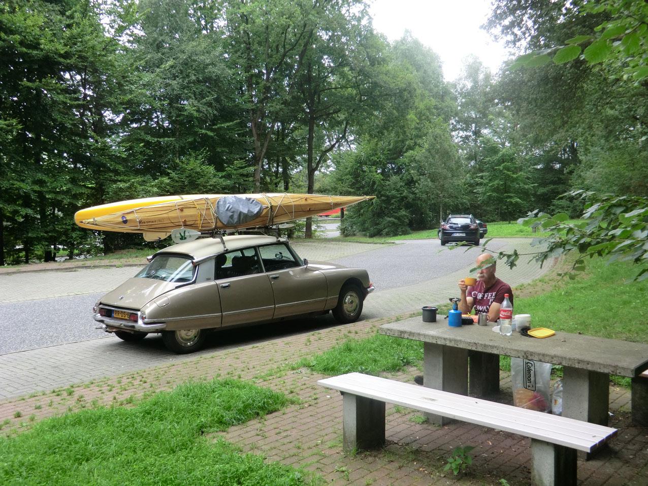 De Citroën DS Pallas en Jan bij de koffiestop onderweg naar Prieros.