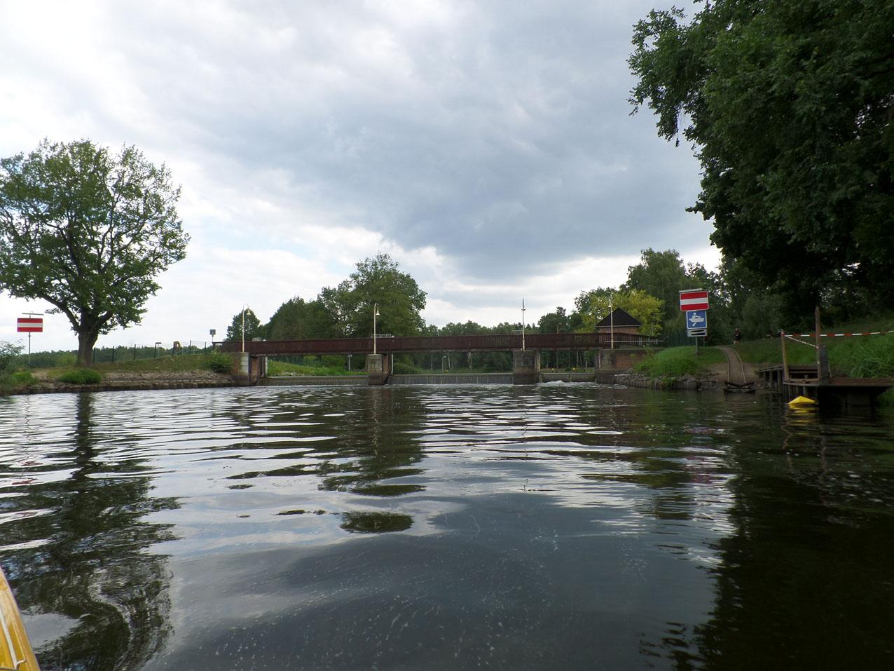 Hier kijken we achteruit naar de stuw bij Grosse Tränke waar we net overgedragen hebben