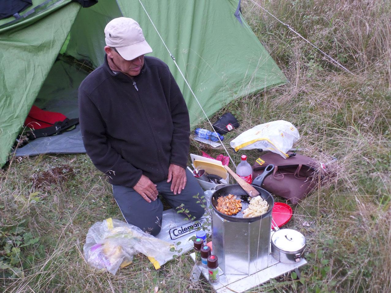 Jan heeft cantarellen gezocht. We eten ze met uitjes, rijst en vis.